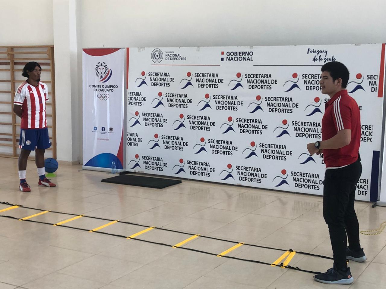 José Medina, con el equipo oficial de la Selección Paraguaya, junto a Osvaldo Espínola, quien se encargó de proponer las rutinas. FOTO: SND.